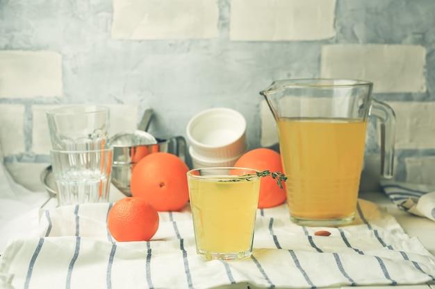 Limonada cítrica caseira. limonada de laranja com gengibre e alecrim