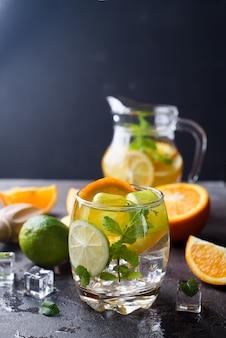Limonada cítrica com hortelã