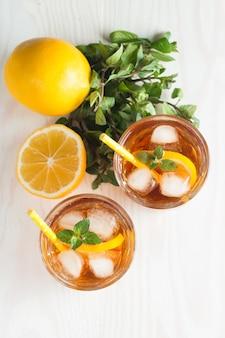 Limonada cítrica refrescante e bebida de gelo.