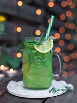 Limonada com estragão, limão e gelo