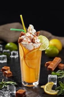 Limonada com limão e laranja coberta com chantilly e caramelos