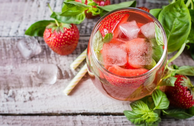 Limonada com morango e manjericão em frasco de vidro