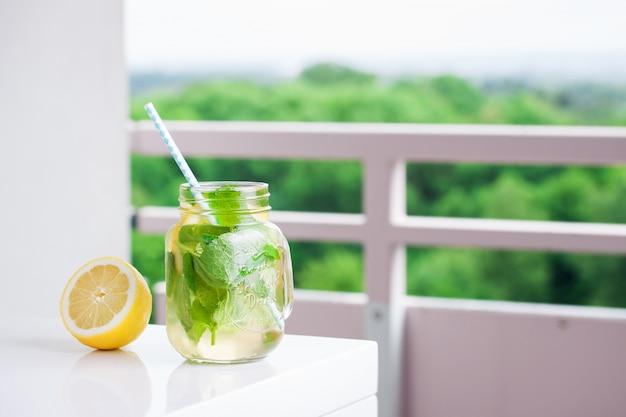 Limonada com palha ao lado de um limão