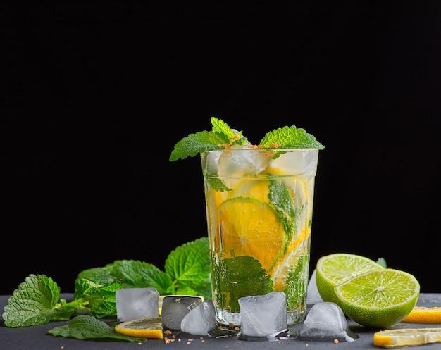 Limonada de bebida refrescante com limões, folhas de hortelã, cubos de gelo e limão