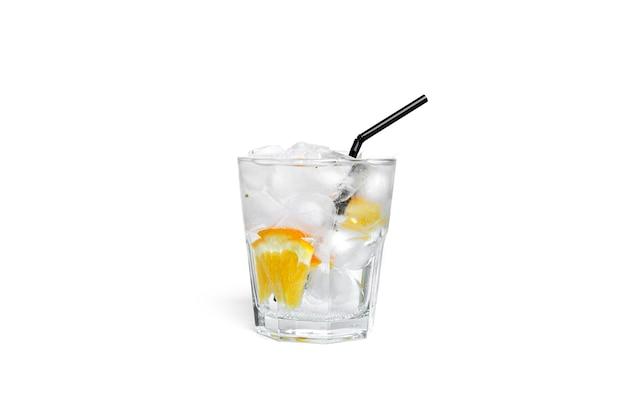Limonada de laranja com gelo em um copo transparente isolado.