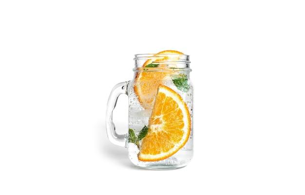 Limonada de laranja com hortelã e gelo em um frasco de vidro transparente isolado
