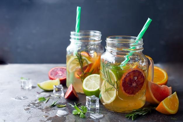 Limonada de laranja em uma jarra