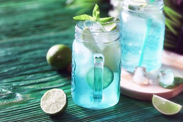 Limonada de limão e hortelã em uma jarra de vidro sobre a mesa