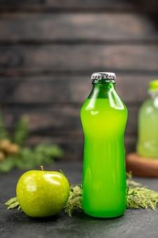 Limonada de maçã fresca em garrafa de maçã de frente