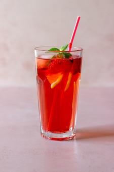 Limonada de morango com hortelã e limão. bebidas frias. verão. receita.