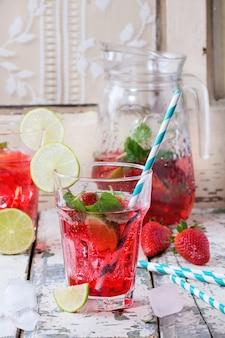 Limonada de morango em um copo