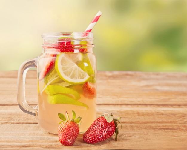 Limonada de morango ou cocktail de mojito com limão e hortelã