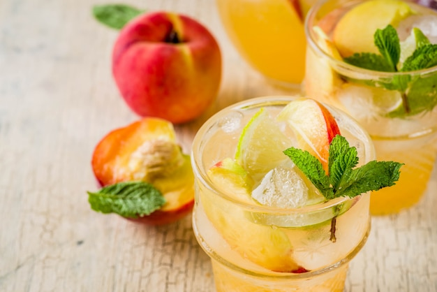 Limonada de pêssego e limão, mojito cocktail com enfeite de frutas frescas