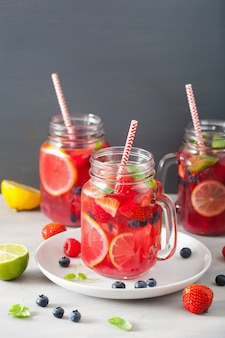 Limonada de verão berry com limão e hortelã em frasco de vidro