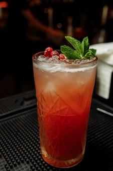 Limonada de verão cranberry decorada com hortelã em um balcão de bar