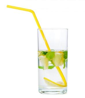 Limonada deliciosa e suculenta isolada no branco