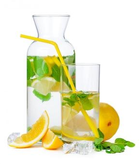 Limonada deliciosa e suculenta isolada
