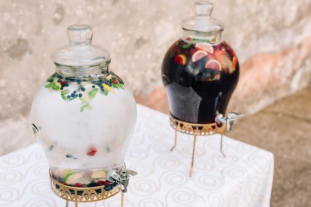 Limonada em frascos de barril de vidro para derramar bebidas limonada