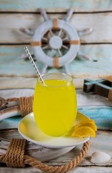 Limonada em uma caneca com conchas o verão está chegando em breve.