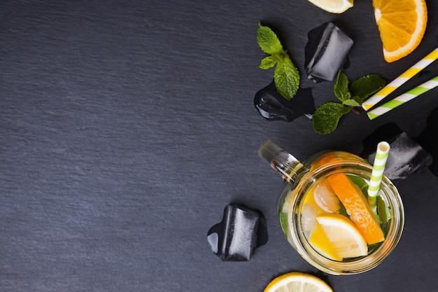 Limonada em uma jarra vista de cima