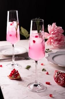 Limonada espumante de romã rosa para festa