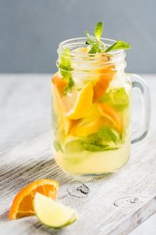 Limonada feita a partir de laranjas frescas e hortelã