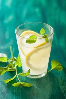 Limonada fresca com hortelã em vidro