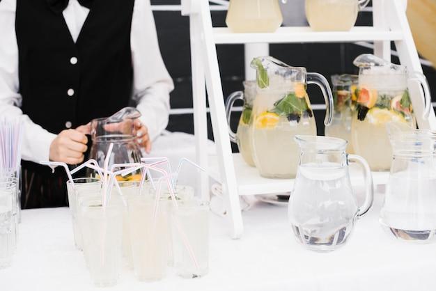 Limonada fresca com palhas na mesa