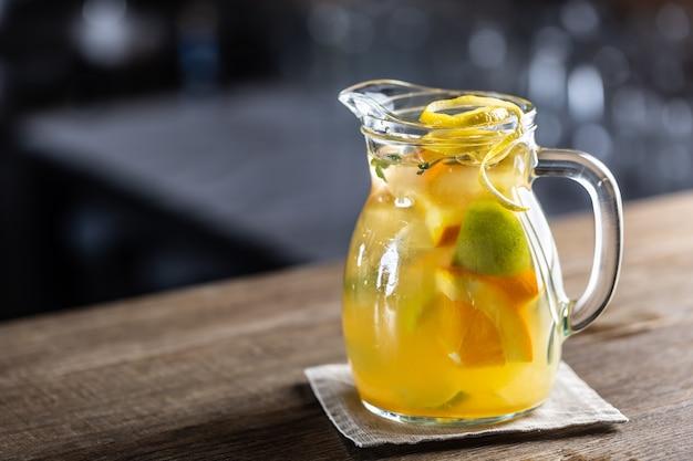 Limonada fresca com vários cítricos em uma jarra cheia com fatias de frutas frescas dentro.