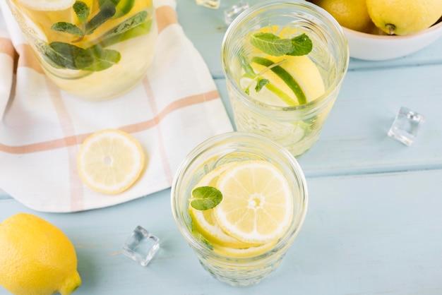 Limonada fresca de close-up em cima da mesa