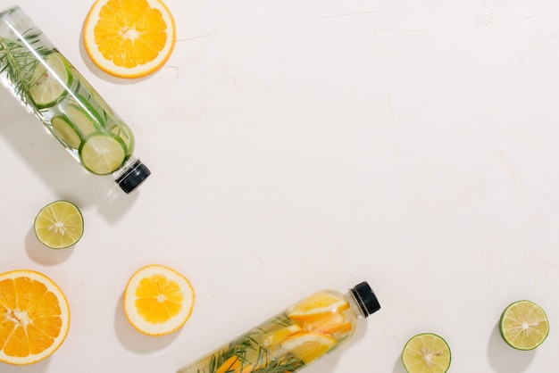 Limonada fresca de verão com frutas cítricas, laranja e hortelã em fundo amarelo. vista do topo. copie o espaço.
