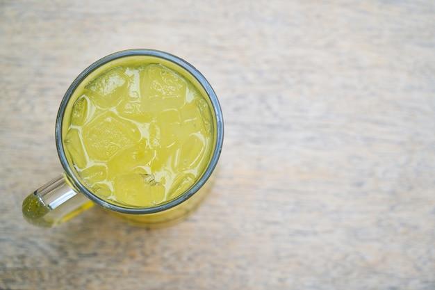 Limonada fria na mesa