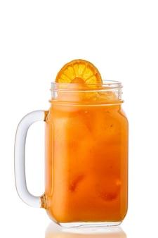 Limonada gelada de laranja em frasco de vidro isolado na superfície branca