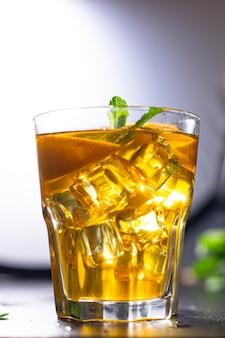 Limonada gelada ou coquetel de limão porção de chá gelado para viagem