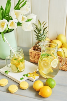 Limonada, macarons doces, frutas e flores de tulipa