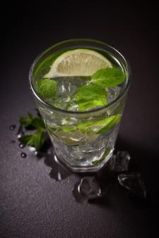 Limonada mojito refrescante de verão em um copo Foto Premium