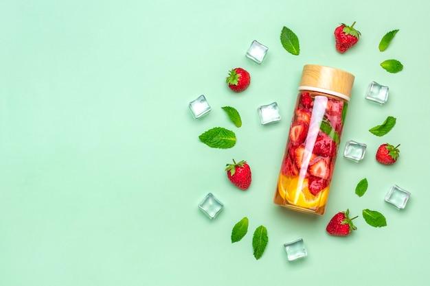 Limonada ou chá de coquetel de água com infusão de morango ou chá bebida gelada gelada de verão com limão e morango e l