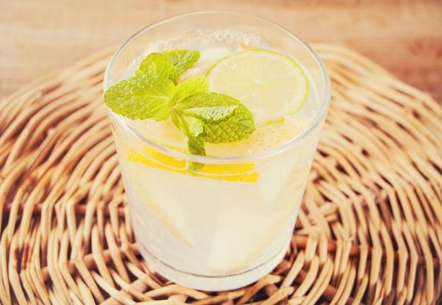 Limonada ou cocktail de mojito com limão e hortelã