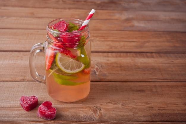 Limonada ou cocktail de mojito com limão, morangos e hortelã