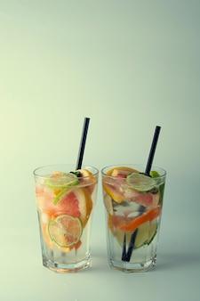 Limonada ou coquetéis frescos. verão coquetel com limão, limão, laranja e toranja.