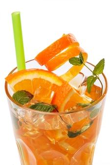 Limonada refrescante com laranjas e hortelã
