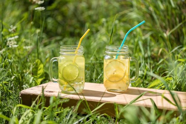 Limonada refrescante com limão e lima. estilo de vida