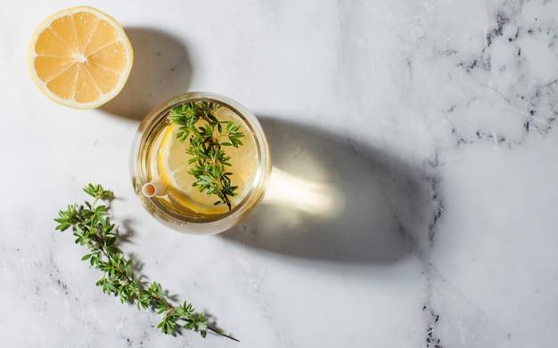 Limonada refrescante com uma rodela de limão e um canudo duras sombras