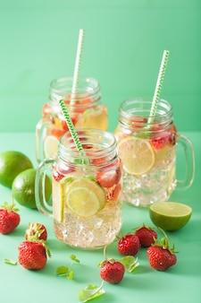 Limonada refrescante de verão com morango e limão em frasco de vidro