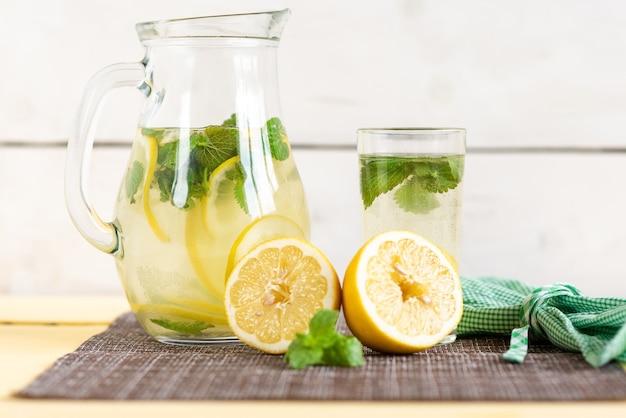 Limonada refrescante de verão em uma garrafa de vidro.