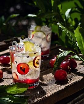 Limonada sem álcool de limão com gelo em copos na placa de madeira