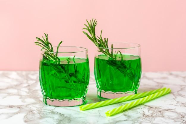 Limonada verde de extrato de estragão em vidro na mesa