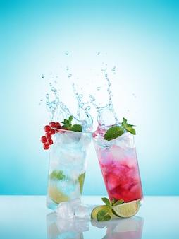 Limonadas caseiras geladas refrescantes em copos embaçados.
