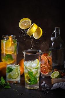 Limonadas de frutas frescas com salpicos e movimento de congelamento