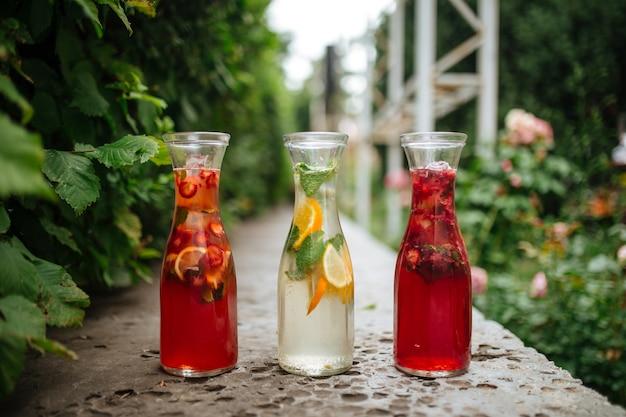 Limonadas de frutas vermelhas na divisória de pedra